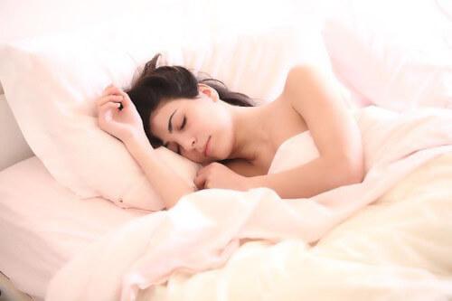 spanie w soczewkach kontaktowych